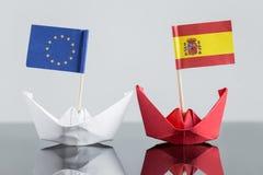 Pappers- skepp med spanjor och den europeiska flaggan arkivbild