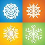 Pappers- snöflingor på färgrik bakgrund. Arkivfoto
