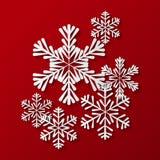 Pappers- snöflingor på rött Royaltyfri Fotografi