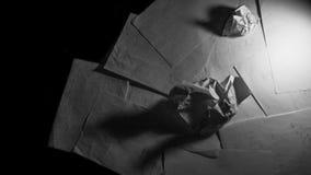 Pappers- svartvitt mörker gör modfälld Arkivbilder