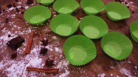 Pappers- töm former för muffin stock video