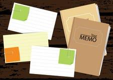Pappersanmärkningar med anteckningsbokbakgrund Arkivbild