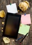 Pappersanmärkningar och tabellmaterial på träyttersidan Royaltyfria Bilder