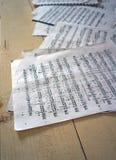 Pappersark med det musikaliska beteckningssystemet Arkivfoto