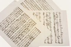 Pappersark med gamla musikaliska anmärkningar Arkivfoton