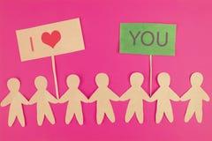 pappersfolk på rosa bakgrund begrepp för förälskelsevalentainedag royaltyfri fotografi