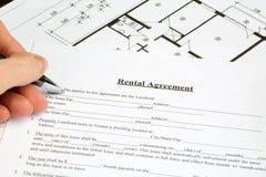 Pappersformular för uthyrnings- överenskommelse med golvplan Arkivfoto