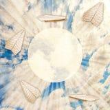 Pappersnivåer och himmel med moln Arkivfoton
