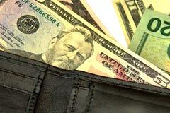 Pappersräkningar Amerikanska dollar sedlar av den olika denominatioen Arkivfoton