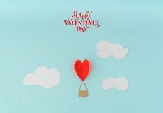 Papperssnitt av ballonger för varm luft för hjärta för valentin dagcelebrat royaltyfria bilder