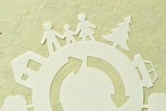 Papperssnitt av familjen med hemmet, träd, bil- ekologibegrepp Arkivfoton