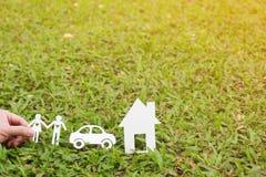 Papperssnitt av familjen med huset och bilen Arkivbild