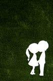 Papperssnitt av två vänner på grönt gräs arkivbild