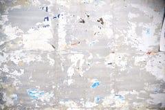 Pappersstrimlor på affischtavlan Royaltyfri Fotografi