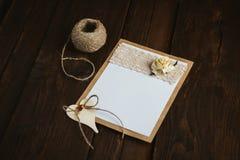 Pappkarte mit Blume Lizenzfreie Stockfotos