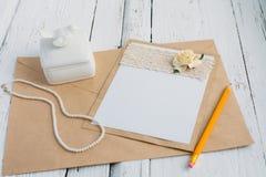 Pappkarte mit Blume Stockfotos