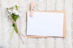 Pappkarte mit Blumen Stockfoto