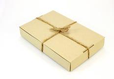 pappkarton eingewickelt mit braunem papier und mit schnur. Black Bedroom Furniture Sets. Home Design Ideas