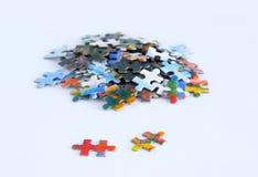 Pappmehrfarbige Puzzlespiele auf weißem Hintergrund Nahaufnahme stockfotos