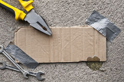 Pappmitteilung aufgenommen auf Beton Stockbild