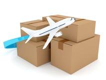 Papppakete mit Flugzeug über Weiß Stockbilder