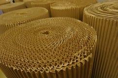 Papprullar på det pappers- produktionfabriksmaterielet avbildar Royaltyfri Bild