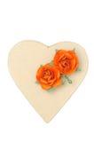 Pappschachtel in Form von den Herzen und Blumen lokalisiert Stockfotografie
