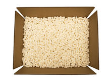 Pappschachtel mit Verpackungs-Erdnüssen Stockbild