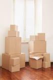 Pappschachteln in der Wohnung, beweglicher Tag Stockbilder