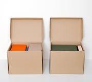 Pappschachteln voll Bücher lizenzfreie stockbilder