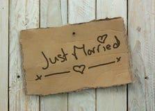 Papptecken på en träbakgrund Royaltyfri Foto