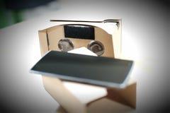 Pappvirtuell verklighettittare och smart telefon Royaltyfria Bilder
