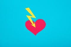 Pappzahl des defekten Herzens auf einem blauen Hintergrund Lizenzfreie Stockfotos