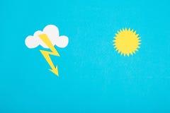 Pappzahl des schlechten Wetters auf einem blauen Hintergrund Lizenzfreie Stockfotos