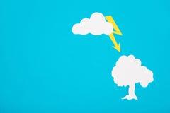 Pappzahl des schlechten Wetters auf einem blauen Hintergrund Lizenzfreie Stockbilder