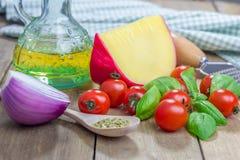 томат салями пиццы paprica ингридиентов сыра Стоковая Фотография RF