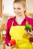 Paprica felice dei peperoni dolci della tenuta della donna Fotografia Stock