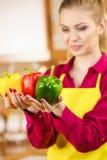 Paprica felice dei peperoni dolci della tenuta della donna Immagine Stock Libera da Diritti