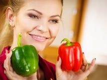 Paprica felice dei peperoni dolci della tenuta della donna Fotografia Stock Libera da Diritti