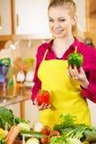 Paprica felice dei peperoni dolci della tenuta della donna Fotografie Stock