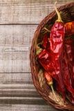 Paprica rossa su una tavola di legno Immagini Stock