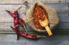 Paprica rossa su una tavola di legno Fotografie Stock