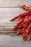 Paprica rossa su una tavola di legno Fotografia Stock