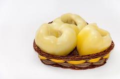 Paprika amarilla limpiada en la cesta sobre blanco Fotos de archivo