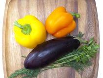 Paprika, aubergine, peterselie en venkel op een houten dienblad Stock Afbeelding