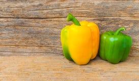 Paprika auf Holz Lizenzfreies Stockfoto