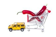 Paprika in boodschappenwagentje door auto wordt op witte backgro wordt geïsoleerd getrokken die Royalty-vrije Stock Foto's