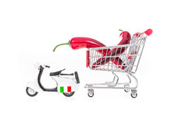 Paprika in boodschappenwagentje door autoped in geïsoleerd die Italië wordt getrokken Stock Foto's
