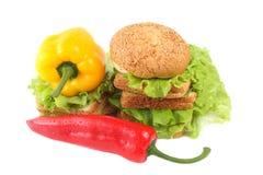 Paprika, Brot und Salat Stockfoto