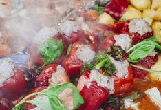 Paprika cozida deliciosa enchida com a carne e o arroz, cozinhando o reci foto de stock